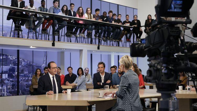 François Hollande répond aux questions de Maïtena Biraben, le 19 avril 2015, sur le plateau de Canal+. (PHILIPPE WOJAZER / AFP)