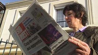 Capture d'écran montrant Dominique, femme de ménage de 54 ans découvre son histoire racontée dans le journal local, vendredi 21 novembre 2014 à Pessac (Gironde) ( FRANCE 2)
