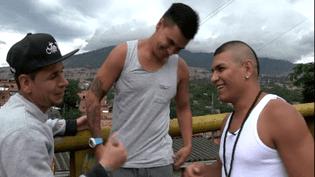Les membres de Crew Peligrosos dans leur quartier à Medellin en Colombie  (Culturebox / capture d'écran)