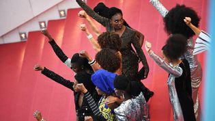Les 16 actrices françaises noires et métisses réunies pour dénoncer lasous-représentation des personnes noires dans le cinéma en France, le 16 mai 2018 au Festival de Cannes. (ANNE-CHRISTINE POUJOULAT / AFP)