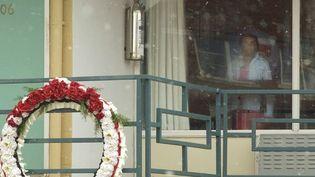Une jeune fille regarde le balcon où fut tué le pasteur King, depuis l'intérieur du motel devenu musée (19/1/2004)  (Mike Brown / Getty Images / AFP)