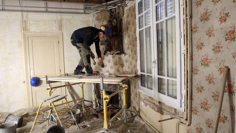 Selon les associations écologistes,les aides de l'État pour la rénovation des logements anciens sont insuffisantes. (AMAT MICHEL / MAXPPP)