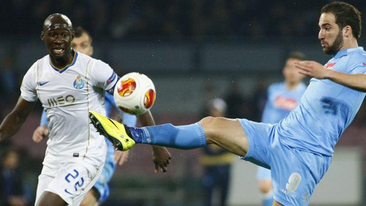 Eliaquim Mangala (FC Porto) surveille Gonzalo Higuain (Naples) (CARLO HERMANN / AFP)