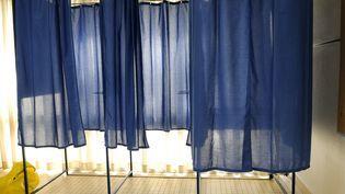 Des isoloirs dans un bureau de vote de Nantes (Loire-Atlantique), en mars 2013. (ALAIN LE BOT / PHOTONONSTOP / AFP)