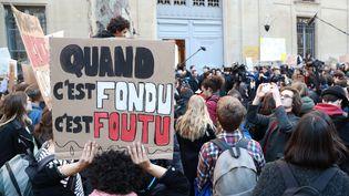 Des lycéens et des étudiants manifestent devant le ministère de l'Ecologie à Paris, le 15 février 2019. (JACQUES DEMARTHON / AFP)