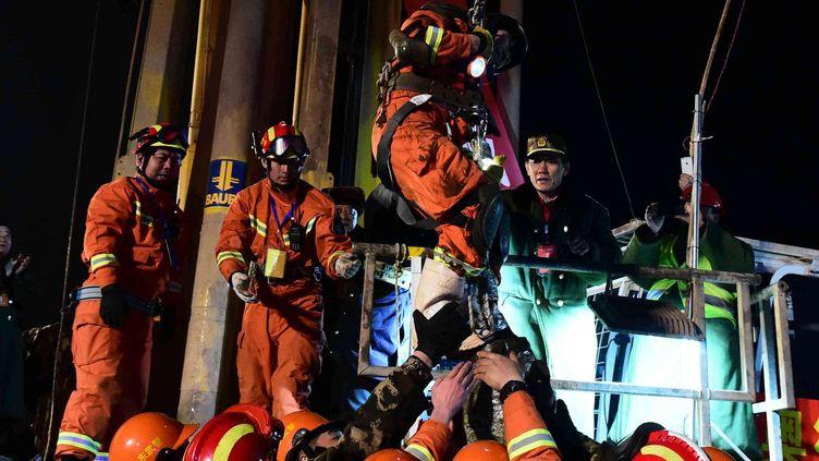 Le 29 janvier 2016.Le premier mineur, parmi les quatre bloqués dans une mine qui s'était effondrée àPingyi, province du Shandong (Chine) (GUO XULEI / AP / SIPA)