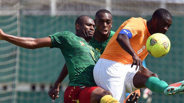 Yaya Toure s'arrache au milieu de deux Camerounais (ISSOUF SANOGO / AFP)