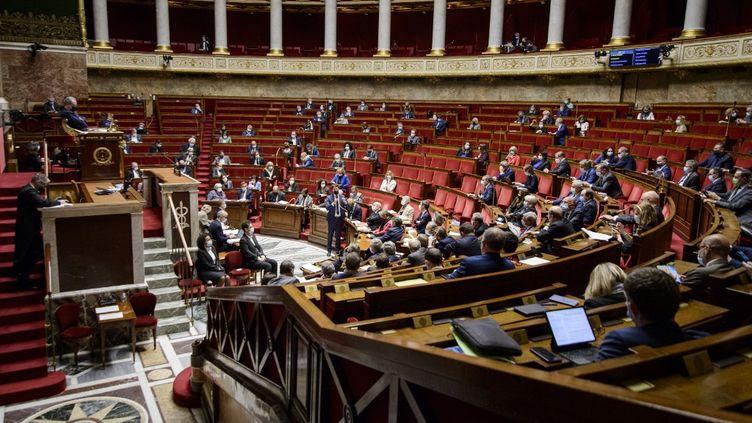 Les députés lors de la session de questions au gouvernement de l'Assemblée nationale, le 6 avril 2021. (JACOPO LANDI / HANS LUCAS / AFP)
