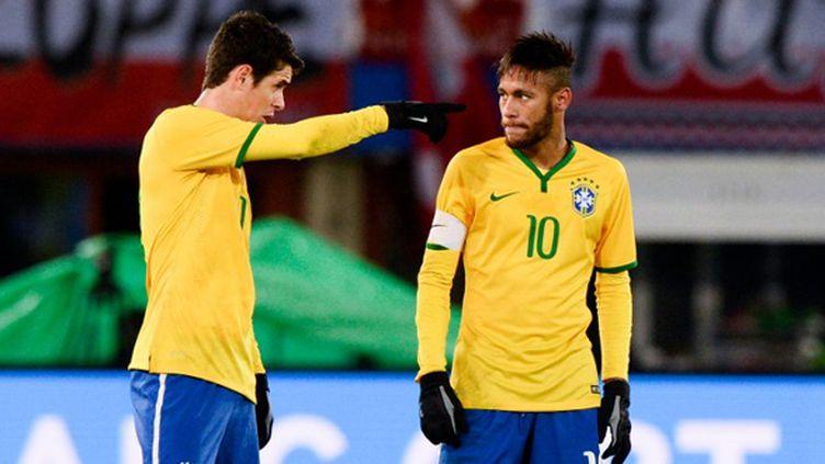 Les Brésiliens Oscar et Neymar en pleine discussion (CHRISTIAN BRUNA / AFP)