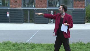 Garder le lien avec ceux qui nous manquent. À Bordeaux (Gironde), des comédiens arpentent les rues pour déclamer des messages personnels, des poèmes oudes chansons. (France 2)