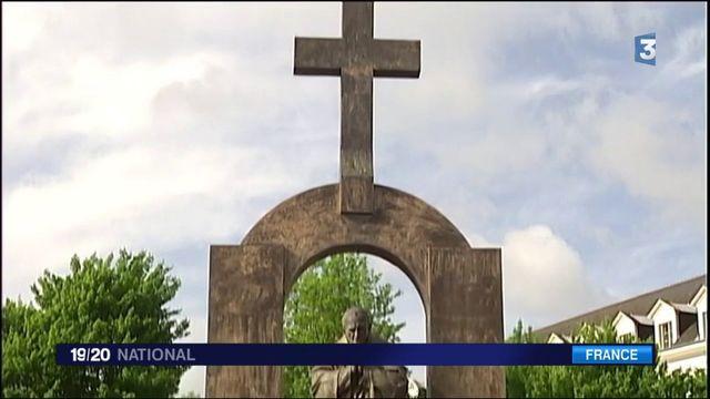Morbihan : une commune forcée de retirer une croix d'une statue de Jean Paul II