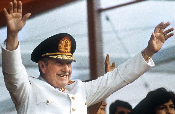Le général Augusto Pinochet salue la foule à Santiago le 11 septembre 1986, jour anniversaire de son coup d'Etat (11 septembre 1973). (AFP - Marco Ugarte)