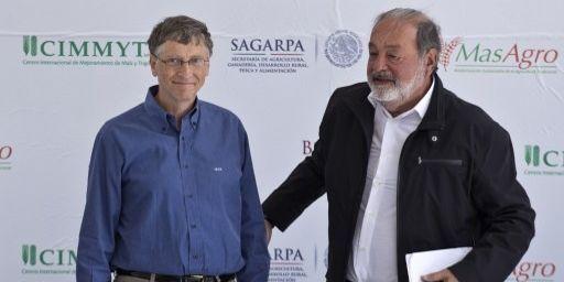 Le Mexicain Carlos Slim (à droite), considéré comme l'homme le plus riche du monde, avec l'Américain Bill Gates. (RONALDO SCHEMIDT / AF)