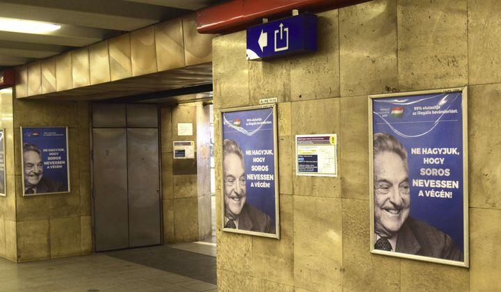 """""""Ne laissez pas George Soros rire en dernier!"""" clamentces affiches du gouvernement hongrois contre George Soros dans le métrode Budapest (Hongrie), le 12 juillet 2017. (PABLO GORONDI / AP / SIPA)"""