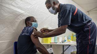 Un homme reçoit une injection du vaccin contre le Covid-19 à Lamentin, en Martinique, le 1er septembre 2021. (FANNY FONTAN / HANS LUCAS / AFP)