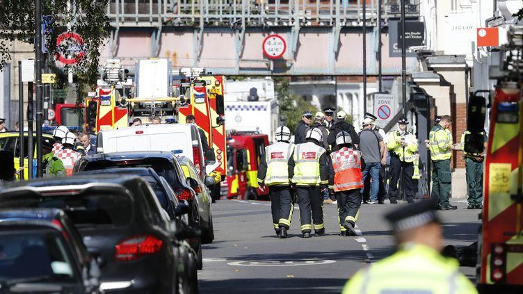 Des policiers et des membres des équipes de secours près de la station de métro Parsons Green, à Londres (Royaume-Uni), après un attentat, le 15 septembre 2017. (ADRIAN DENNIS / AFP)