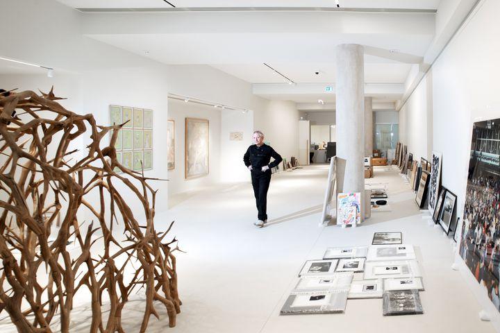 """La créatrice de mode Agnès b le 27 janvierdans l'espace d'exposition de sa """"Fab."""" qui ouvre ses portes le 2 février 2020. (JOEL SAGET / AFP)"""
