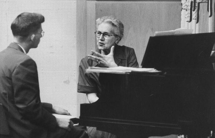 Nadia Boulanger donnant un cours à un étudiant de la Southern Illinois University, aux Etats-Unis, en 1958. (AL FENN / THE LIFE PICTURE COLLECTION)