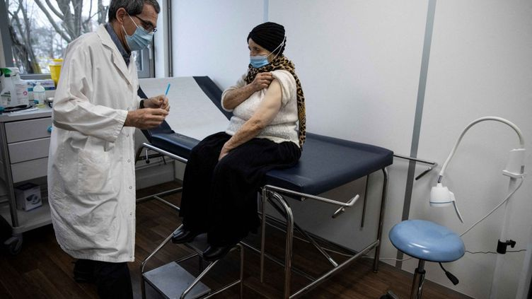 Une femme se fait vacciner contre le Covid-19 à Bobigny (Seine-Saint-Denis), mercredi 17 février 2021. (THOMAS SAMSON / AFP)