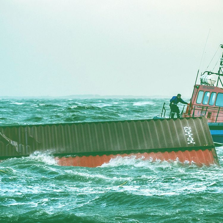 """Un bateau remorque, le 8 janvier 2019, dans le port de Lauwersoog (Pays-Bas), des conteneurs tombés du porte-conteneurs """"MSC Zoe"""". (REMKO DE WAAL / ANP / AFP)"""
