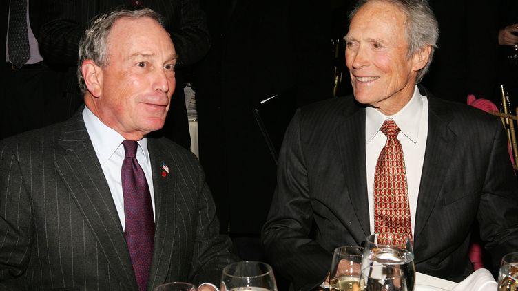 L'acteur et réalisateur Clint Eastwood en janvier 2007 avec Michael Bloomberg (à gauche sur la photo),alors maire de New York et élu avec le parti républicain. (EVAN AGOSTINI / GETTY IMAGES NORTH AMERICA)