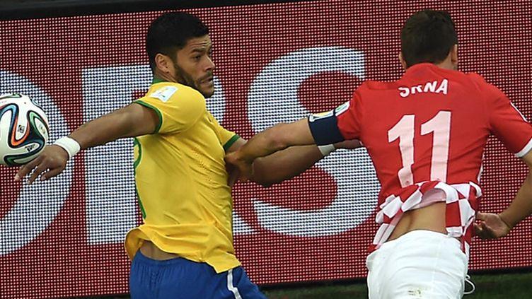 Le Brésilien Hulk face au Croate Srna (PEDRO UGARTE / AFP)