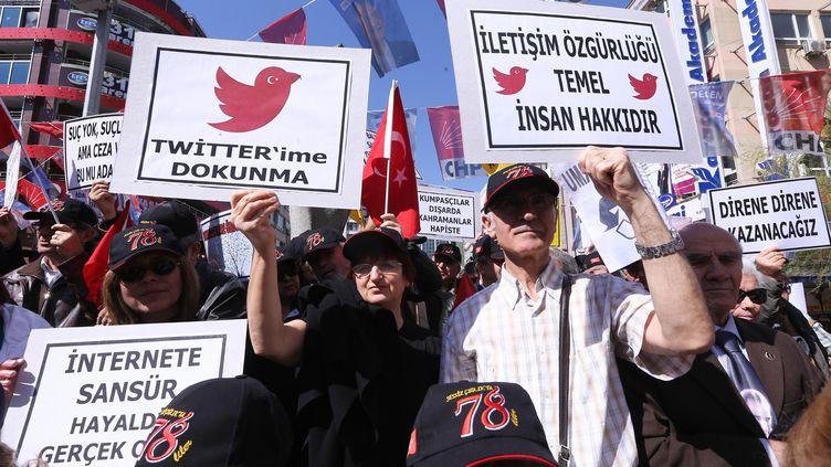 Des Turcs manifestent contre le blocage de Twitter, le 22 mars 2014 à Ankara (Turquie). (ADEM ALTAN / AFP)