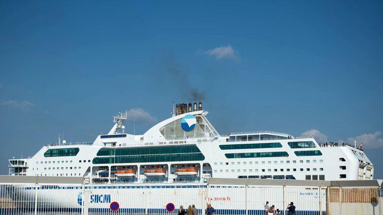 Un ferry de la SNCMquitte le port de Marseille,le 28 octobre 2014. (BERTRAND LANGLOIS / AFP)