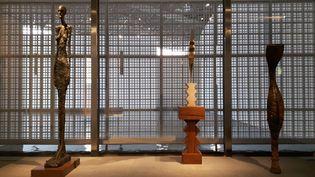 Trois sculptures, unGiacometti, un Brancusi et un masque serpent de Guinée, présentées ensemble. (ANNE CHEPEAU / RADIO FRANCE)