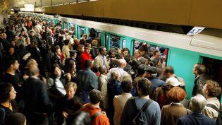 Des usagers de la RATP se ruent sur une rame de métro à la station République, le 14 mai 2003, à Paris. (JACK GUEZ / AFP)