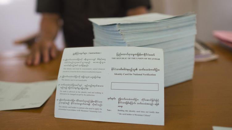 Une pile decartes de vérification nationale préparées par les services de l'immigration birmans, le 24 avril 2018. (YE AUNG THU / AFP)