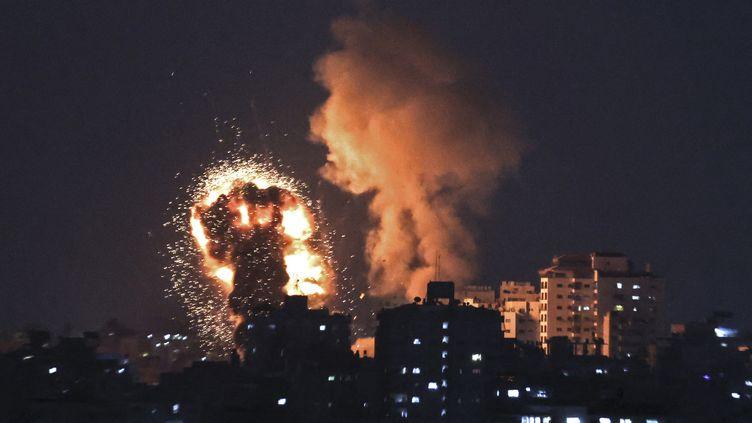 Des explosions à la suite des frappes aériennes israéliennes dans la bande de Gaza, le 10 mai 2021. (MAHMUD HAMS / AFP)