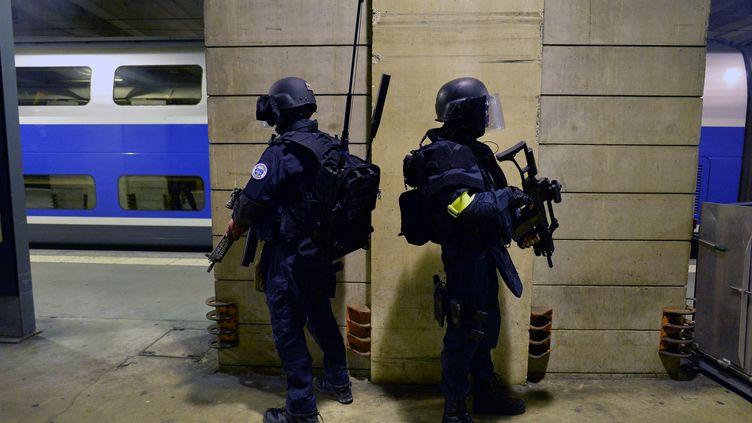 Opération conjointe Raid-BRI-GIGN lors d'une simulation d'attentat à la gare Montparnasse (Paris 14e), le 20 avril 2016. (MIGUEL MEDINA / AFP)