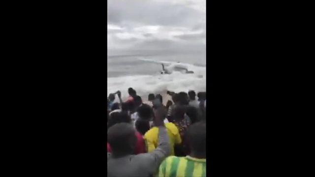 La foule s'est précipitée vers la carcasse à demi immergée de l'avion. Un avion de transports s'est abîmé en bord de mer près de l'aéroport d'Abidjan (Côte-d'Ivoire), samedi 14 octobre. Le bilan est de quatre morts de nationalité moldave, quatre Français et deux Moldaves ont également été blessés, a annoncé à la télévision ivoirienne le colonel Issa Sakho, des sapeurs pompiers.