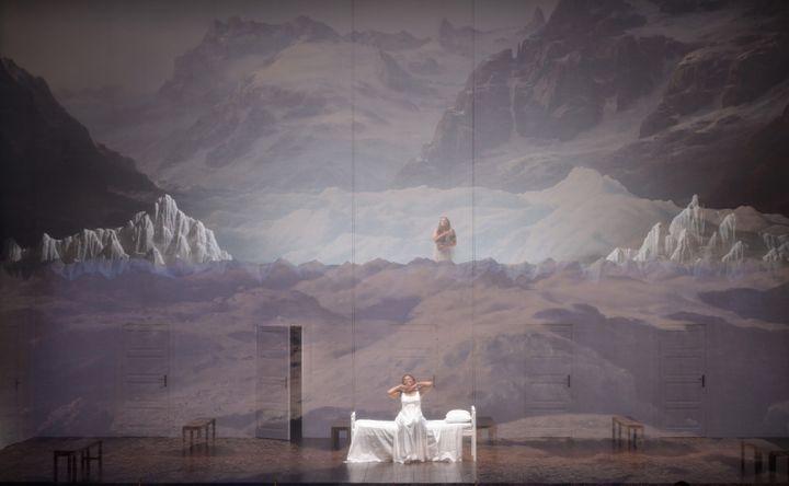 """Pretty Yende (Amina) dans """"La Somnambule"""" de Bellini au Théâtre des Champs-Elysées, ici le 11 juin 2021. (VINCENT PONTET)"""