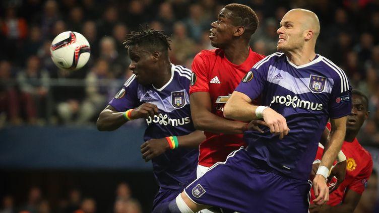 Paul Pogba (Manchester United) pris en tenaille par les Belges d'Anderlecht (VIRGINIE LEFOUR / BELGA MAG)