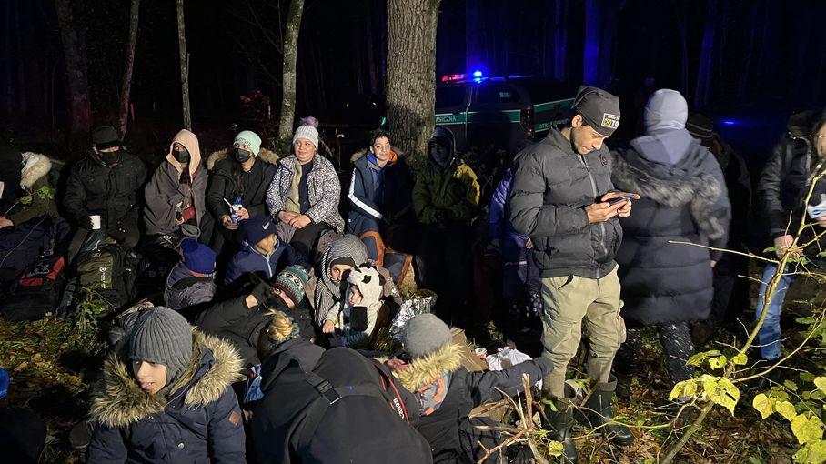 """REPORTAGE. Aux confins de l'Europe, des migrants piégés dans une """"guerre hybride"""" entre la Biélorussie et la Pologne"""