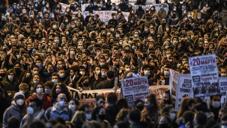Une manifestation contre la répression policière à Athènes (Grèce), le 11 mars 2021. (LOUISA GOULIAMAKI / AFP)