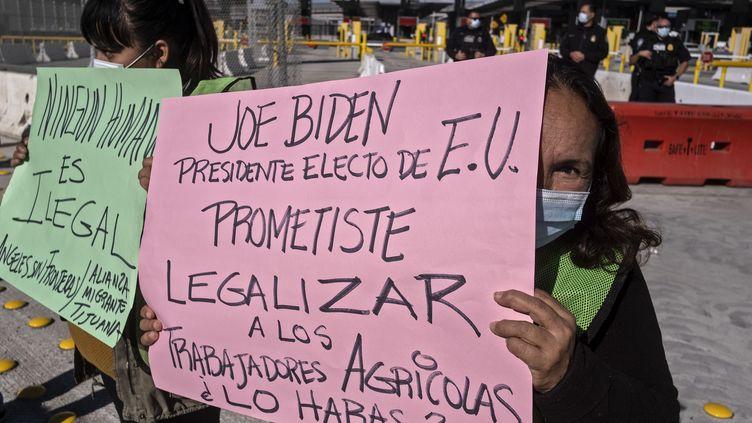 Des Mexicains manifestent pour demander au nouveau président américain Joe Biden de régulariser les travailleurs agricoles méxicains, en décembre 2020, à Tijuana (Mexique). (GUILLERMO ARIAS / AFP)