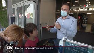 Un vigile demande la présentation du pass sanitaire à l'entrée d'un cinéma, 2021 (CAPTURE ECRAN FRANCE 2)