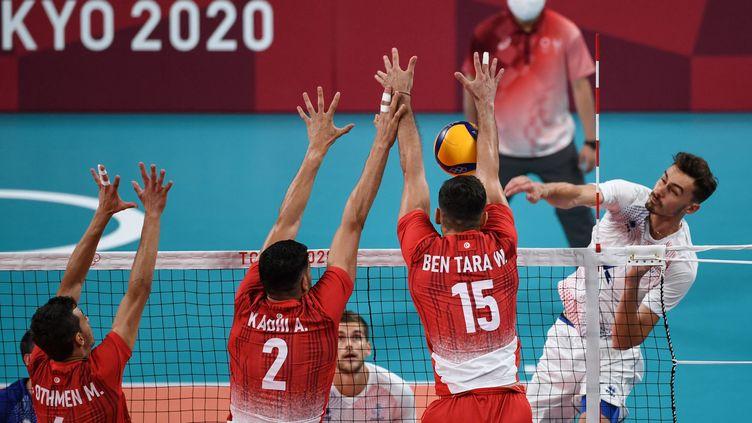 L'équipe de France de volley-ballface à la Tunisie aux Jeux olympiques de Tokyo, le 26 juillet (YURI CORTEZ / AFP)