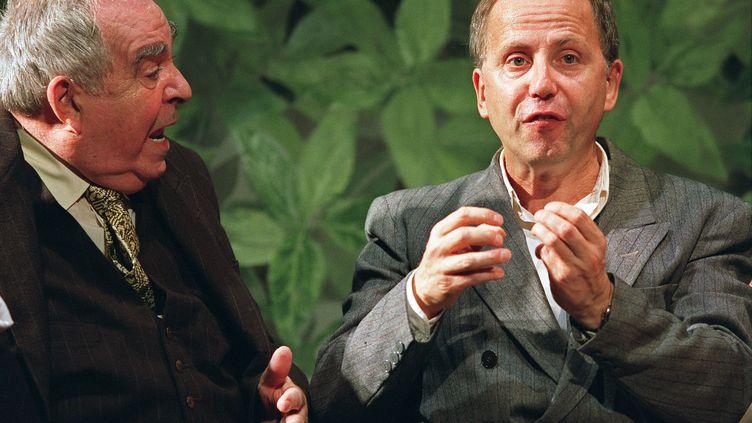 """Le comédien Claude Evrard (G) avec Fabrice Luchini (D) dans """"Knock""""de Jules Romains, en 2002 à l'Athénée Théâtre Louis-Jouvet à Paris, mise en scène par Maurice Bénichou. (FREDERICK FLORIN / AFP)"""