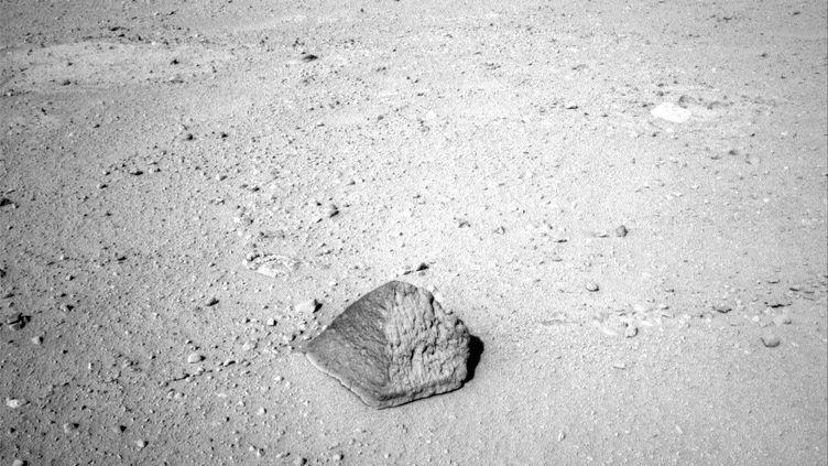 Voici la première pierre que va étudier le robot Curiosity, envoyé sur Mars pour deux ans. (NASA)