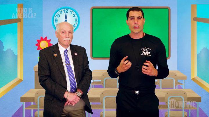 Sacha Baron Cohen, déguisé en militaire israélien, a convaincu le républicain et soutien de la NRA Philip Van Cleave de tourner une vidéo pour promouvoir l'accès aux armes chez les très jeunes enfants.  (Showtime)