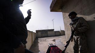 Deux soldats qui combattent l'Etat islamique, le 10 janvier 2017. (DIMITAR DILKOFF / AFP)