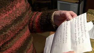 En Indre-et-Loire, deux habitantes anonymes ont écrit 600 lettres manuscrites aux gens du village de Noizay. (CAPTURE ECRAN FRANCE 2)