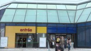 Dans les 23 départements placés en vigilance renforcée à cause d'une forte circulation de l'épidémie de Covid-19, les magasins non-alimentaires de plus de 10 000 m2 devront fermer. Certains commerçants sont choqués. (FRANCE 3)