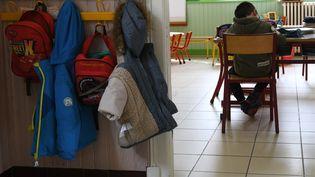Un élève étudie dans une salle de classe d'une école primaire, le 16 mars 2018 à Gavarnie-Gèdre (Hautes-Pyrénées). (PASCAL PAVANI / AFP)
