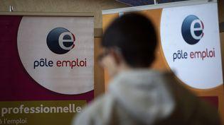 Un homme dans un bureau Pôle emploi à Dunkerque (Nord). (PHILIPPE HUGUEN / AFP)