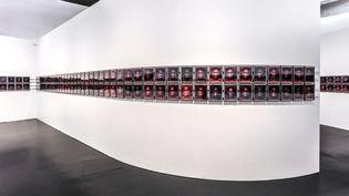 """Vue de l'exposition """"A toi appartient le regard (...) la liaison enfinie entre les choses"""", au Quai Branly. """"SIXSIXSIX"""" : 666 autoportraits de Samuel Fosso. (© musée du quai Branly - Jacques Chirac, photo Vincent Mercier)"""